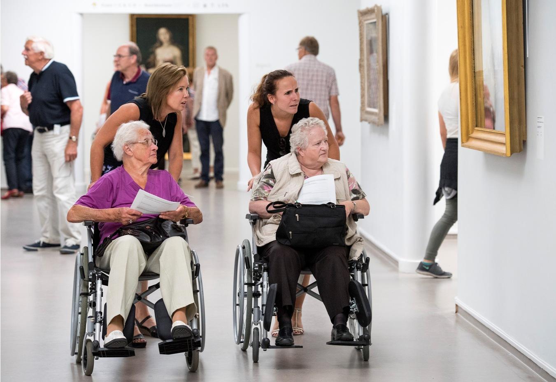 Julie Perkins, ambassadrice en oprichtster van Stichting Specsavers Steunt, onderzoekt samen met een collega en twee leden van De Zonnebloem de toegankelijkheid van het Kröller-Müller Museum.