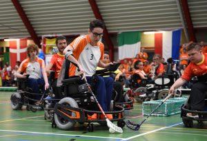 rolstoelers met hockeysticks