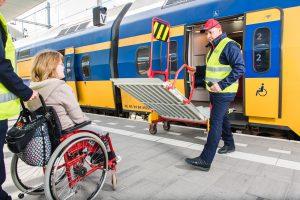 Treinperron met voorbeeld assistentie voor reizigers met beperking