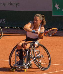 Marjolein Buis aan het rolstoeltennissen