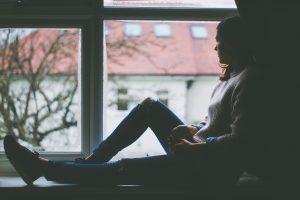 meisje dat naar buiten kijkt