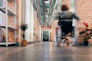 rolstoeler in kantoorgebouw